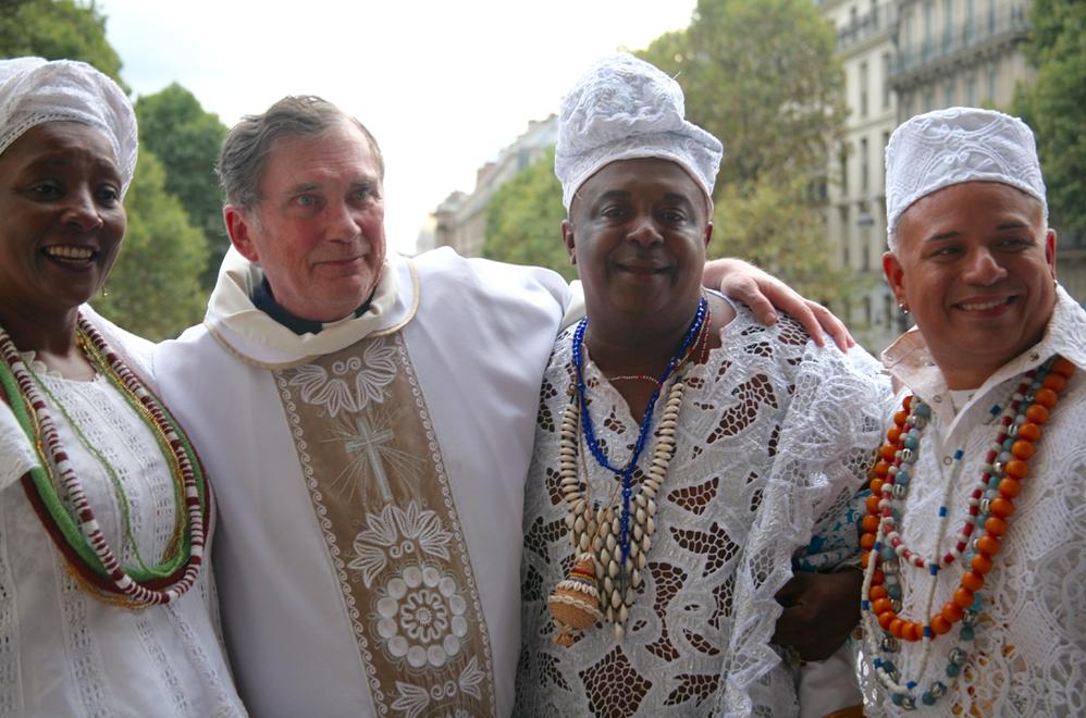 Le Père Mc Carthy accueille le Babalorixá Pote pour le Lavage de la Madeleine