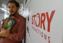 """Nick Story avec en main la présentation de sa série """"Formula Dreams""""."""